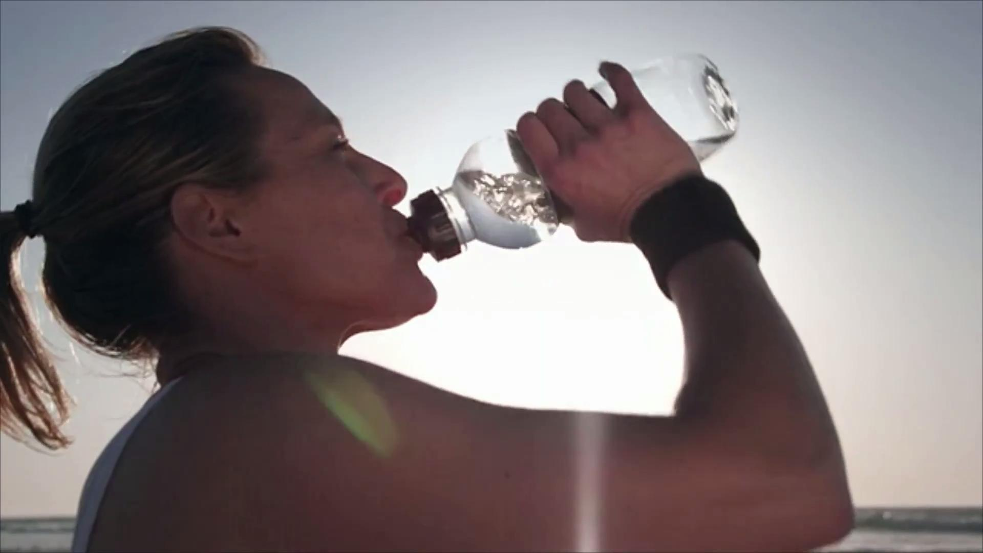 How Much Water You Need to Drink in the Summer, According to Your Body Weight