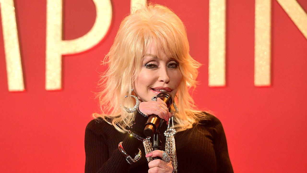 PEOPLE Now: Dolly Parton Dishes on Her 'Wonderful' Dinner with Jennifer Aniston — Watch the Full Episode