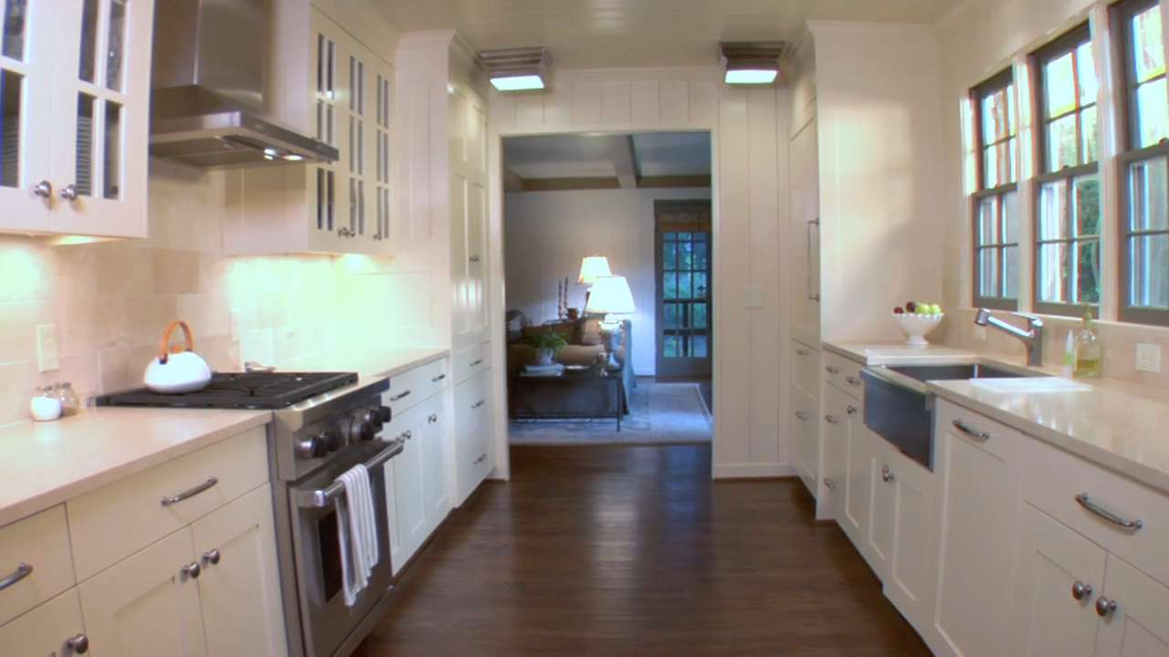 Making a small kitchen appear larger southern living for Southern living kitchen designs